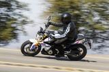 画像3: 彼女が喜んでいるその理由とは・・・普通自動二輪免許(中免)で乗れるBMWバイクの登場だったのです。