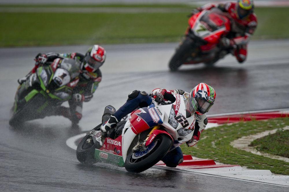 画像: 2016年、雨のSBKマレーシアラウンドで、トップチーム相手には戦闘力の劣るホンダCBR1000RRで勝利したニッキー。2017年も引き続き、SBKでの戦いを続けていました・・・。 www.motoamerica.com