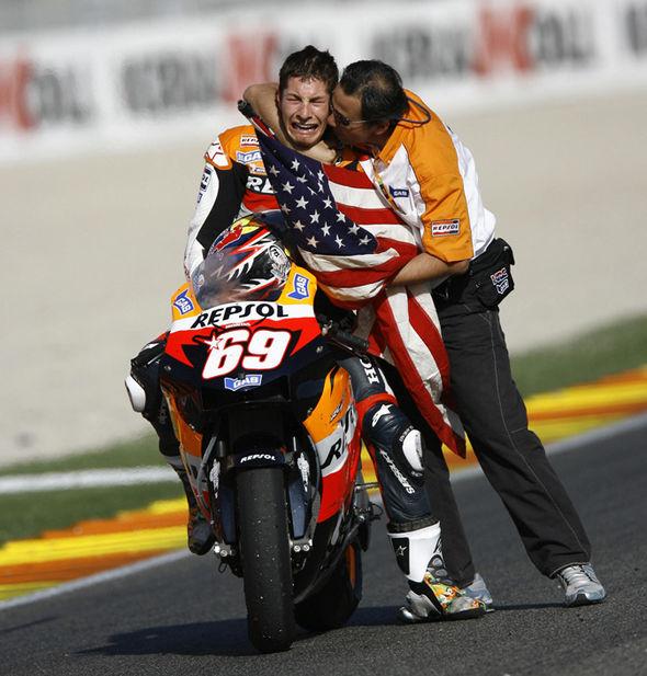 画像: 2006年MotoGP最終戦(バレンシア)終了後、感極まって男泣きするニッキー。すべてのモータースポーツファンが、感動した名シーンです。 cdn.images.express.co.uk