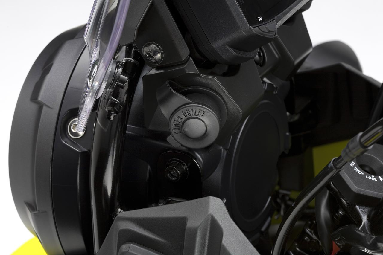 画像: DCソケット標準装備。スマホ充電やナビを着けても安心ですね。