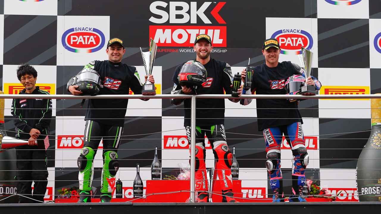 画像: レース1はドニントンパークに強いサイクス(中央)が優勝! 2位にハスラム(左)、3位にはアレックス・ローズ(ヤマハ)が入りました。今大会は先日交通事故で亡くなったニッキー・ヘイデンの追悼セレモニーがありましたが、表彰台の面々はニッキーのナンバーである「69」のTシャツを身にまとっていました。 www.worldsbk.com