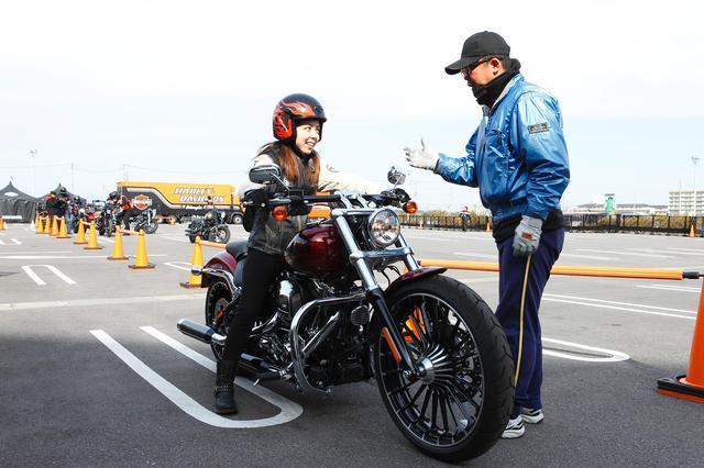 画像: 試乗会ではじっくりハーレーのことを学べちゃう! 普通自動二輪MT免許でも試乗できるんですよ!(インストラクターの指示にお従いください)