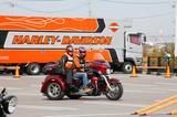 画像: トライク、なかなか乗る機会ないでしょ?一度乗ったらそのゴージャスさ、雄大さに惚れちゃうかも。 (運転には普通自動車MT免許が必要です)