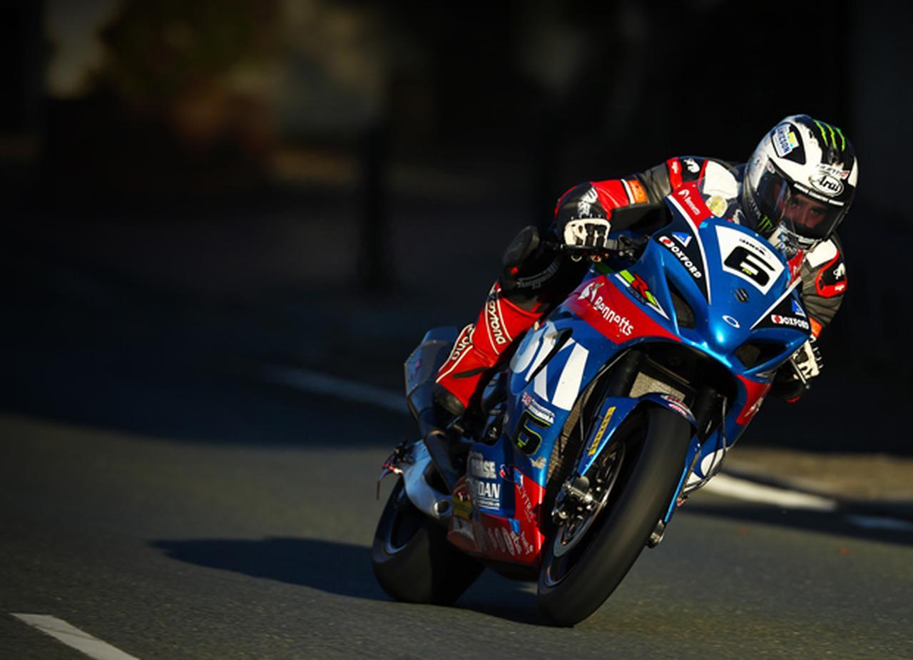 画像: ベネッツ・スズキのGSX-R1000に乗り、スーパーバイクの練習走行を走るM.ダンロップ。偉大なジョイ・ダンロップを叔父に、同様に偉大なロバート・ダンロップを父に持つ、リアル・ロードレーシング界のサラブレッドです。 www.iomtt.com