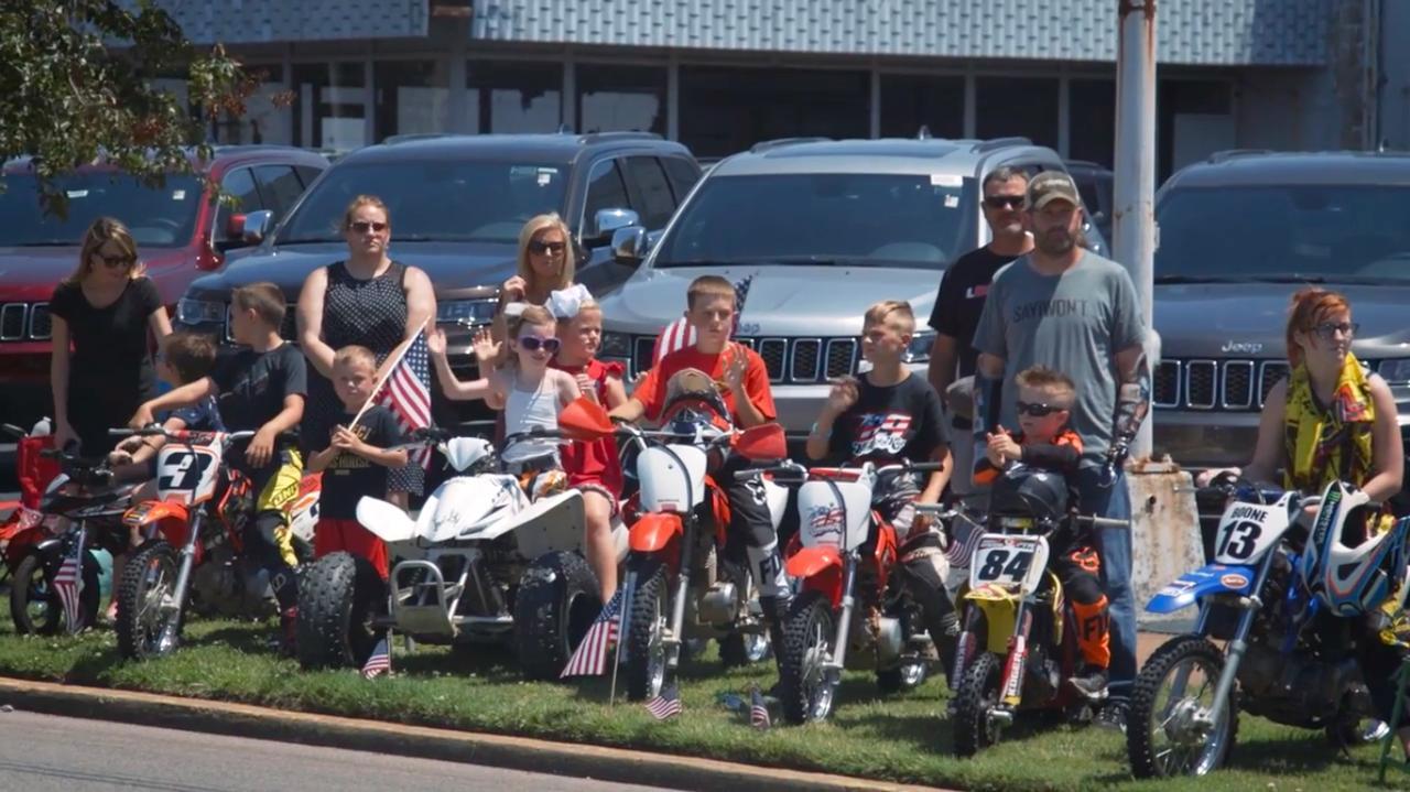 画像: ニッキーに憧れるキッズたちも、数多く沿道に集います・・・。 www.youtube.com