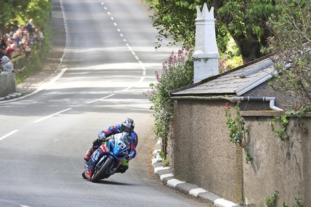 画像: 新型スズキGSX-R1000を駆るM.ダンロップ。スーパーバイクの決勝は6周で競われますが、昨年の自身がマークしたレコード=133.962mph (215.591km/h) を破ることができるか・・・注目しましょう! www.iomtt.com