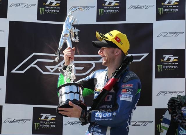 画像: TTのマーキュリー・トロフィーを手に、勝利を喜ぶハッチンソン。強いです! www.iomtt.com