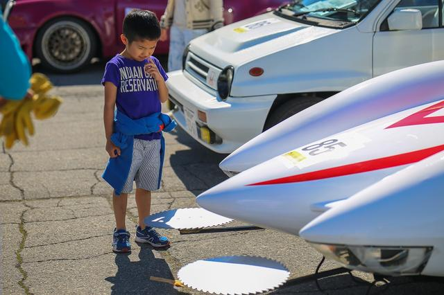 画像: 4輪のエントラントは、ポルシェ 987CAYMANから、スズキ隼のエンジンを使用したフォーミュラ隼、ルノー アルピーヌA110、トヨタ スターレットKP61等々、美しく、懐かしいクルマが勢揃い。おじさんには涙ちょちょ切れもののマッハ号もありましたが、少年の目には懐疑の色が…? ©浅間ヒルクライム