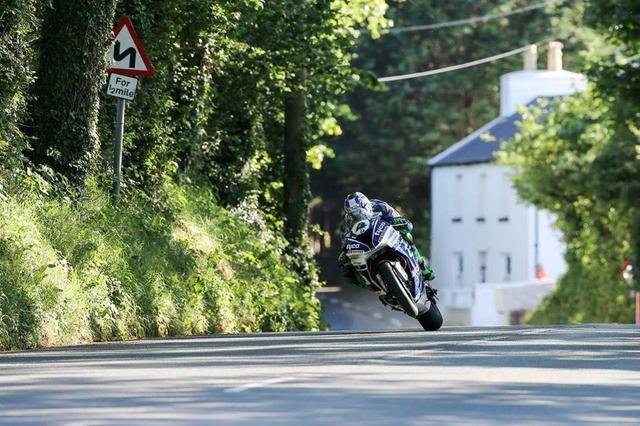 画像: 昨年に続く、スーパーストック勝利にむけて驀進するBMW S1000RRとI.ハッチンソン。 www.facebook.com