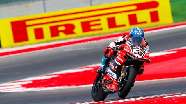画像: MotoGP、そして2011〜2014年はSBKで活躍したM.メランドリ(ドゥカティ)。この日は、彼の非凡な才能を思い出させる快走ぶりを披露しました。 www.worldsbk.com