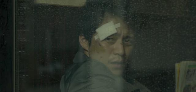 画像: 連続殺人犯を追う沢村刑事(小栗旬) wwws.warnerbros.co.jp