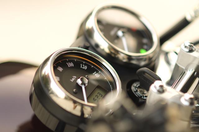 画像: 美しいアナログメーターは時計とオド&トリップメーターをデジタル表示。シンプルすぎて逆に愛しい……。