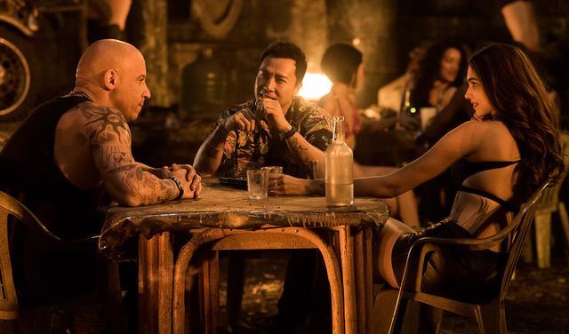 画像: ヴィン・ディーゼルとドニー・イェン。右端の美女はインド系女優のディーピカー・パードゥコーン