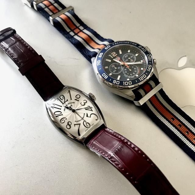 画像: 右:タグ・ホイヤーフォーミュラ1 クロノグラフ CAZ1014.FC8196 左:フランク・ミュラー トノーカーベックス プラチナローター  5850 SC