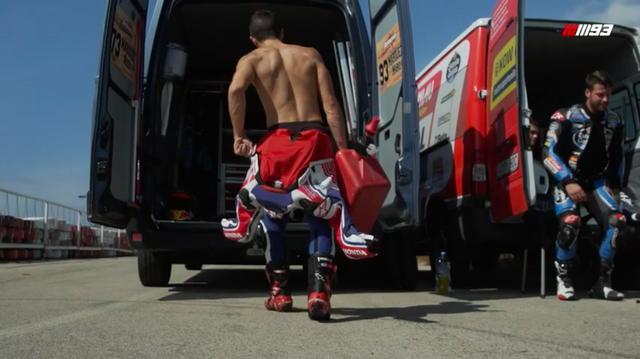 画像: トランスポーターからマシン(ホンダCRF450)をおろし、走行の準備をするマルケス。それにしても、引き締まったいいカラダをしています・・・。 www.youtube.com