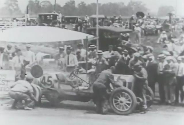 画像: ピットインしての作業の様子。現代のインディ500に比べるとのどかにも思えますが、その真剣度は今も昔も変わりないのは言うまでもありません。 www.youtube.com