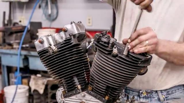 画像: エンジン分解が始まってからの、サクサクと作業が進む様が気持ちいいです。この後のシーンでわかりますが、前側シリンダーのバルブが燃焼室に落ちたのか、ピストントップがメタメタになっていました。 www.youtube.com