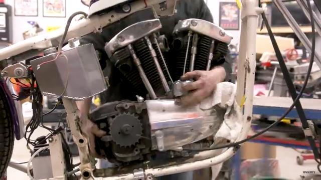 画像: マフラーやペダルなどを外され、エンジンがフレームから取り出されます。 www.youtube.com