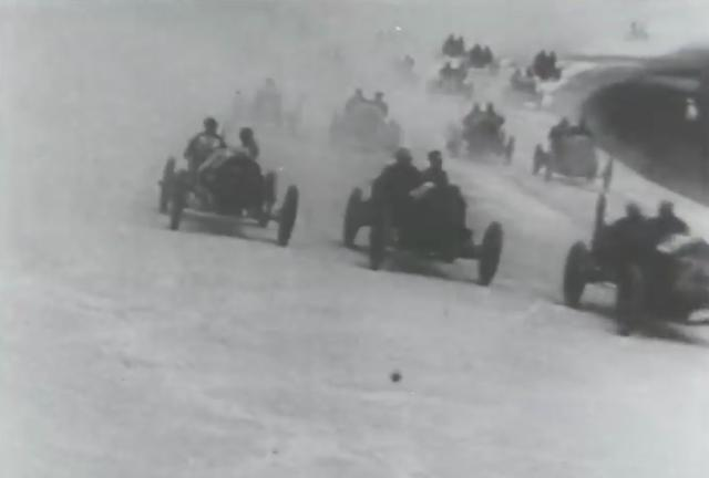 画像: 現代人の感覚ですと、インディカーといえばシングルシーターのフォーミュラカーのイメージですが、最初のインディ500は2名乗車だったのですね・・・。 www.youtube.com