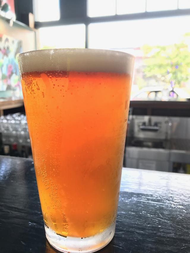 画像: 今年は5月にオレゴンに行きました。写真は海辺の町、アストリアのパブで飲んだクラフトビールです。オレゴン取材のときは毎日ビール漬けの日々です(苦笑)。今、ちょうどこの取材の記事を作成しているところで、ヒーヒー言っています(笑)。