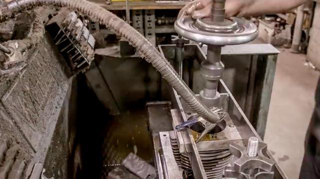 画像: シリンダーをボーリング&ホーニングするシーンも挿入されています。 www.youtube.com