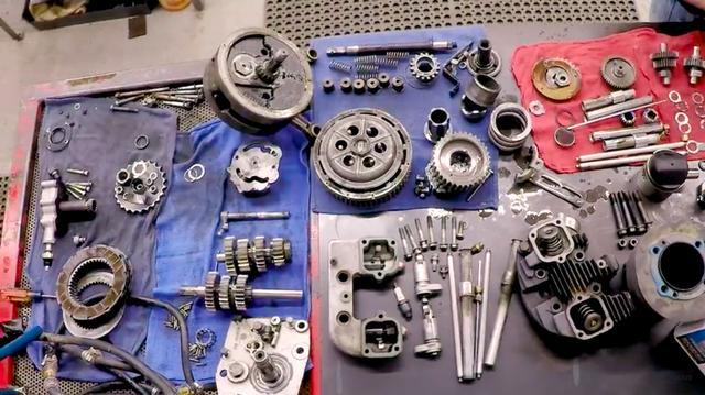 画像: ワークベンチの上に並べられたハーレーダビッドソンのエンジンパーツ。これらがキレイになっていくのも見ていて気持ちいいです。 www.youtube.com