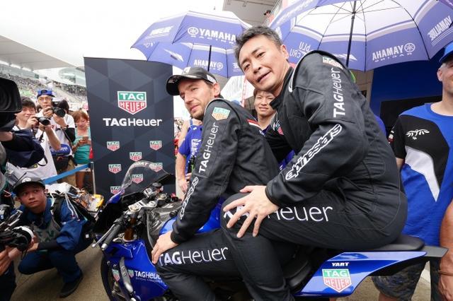 """画像1: タグ・ホイヤー、鈴鹿8時間耐久ロードレースの40周年を祝福し、優勝したヤマハ・ファクトリー・レーシング・チームに""""タグ・ホイヤー カレラ""""を贈呈!"""
