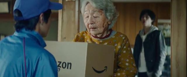 画像: 孫は祖母の家に泊まりますが、翌日、祖母のところにAmazonのお届け物が・・・? 中身は一体なんでしょう? www.youtube.com