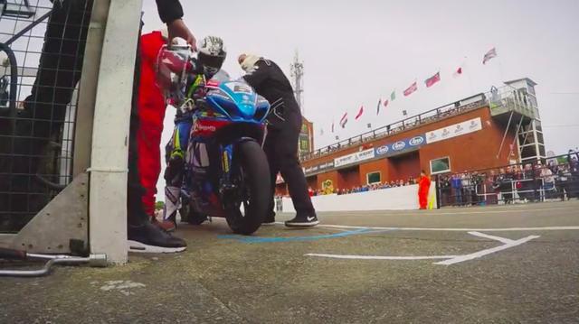 画像: ピットでの給油作業も、マン島TTではおなじみのシーンです。 www.youtube.com
