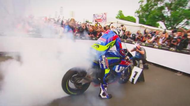 画像: 勝利のバーンアウトを披露するM.ダンロップ。 www.youtube.com