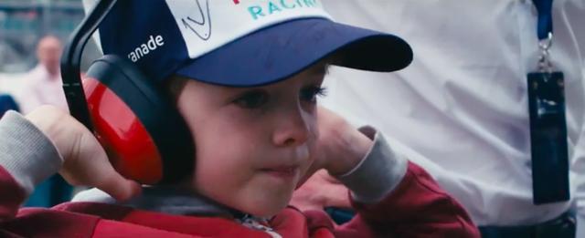 画像: かわいい坊やも、そのサウンドにチョー興奮です! www.youtube.com