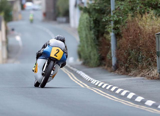 画像: プラクティスでのJ.カワード(ノートン)の走り。単気筒でゆうゆう平均100mph超えの速さ・・・恐ろしいです! www.iomtt.com