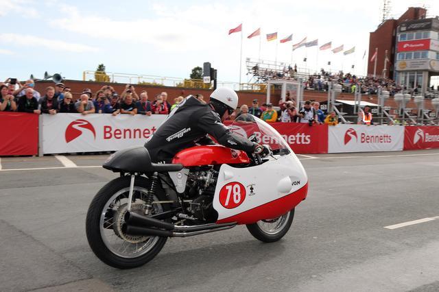 画像: 当時同様、押がけスタートでジレラの4気筒DOHCエンジンに火を入れるM.ダンロップ。 www.iomtt.com