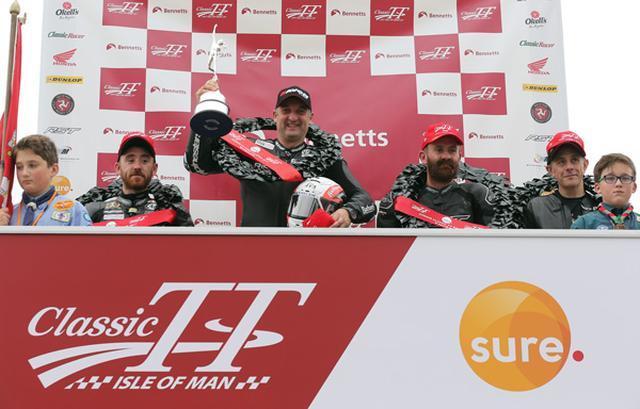 画像: トロフィーを掲げ、ジュニアクラシックTT勝利を喜ぶM.ラッター。 www.iomtt.com