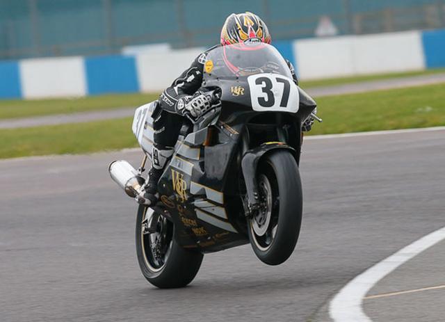 画像: JPSカラーのノートンロータリー、RCW588は、当時マン島TTや英国TT-F1で活躍し、英国人を熱狂させたマシンです。名手J.ブルックスのライディングに、注目が集まりました。 www.iomtt.com