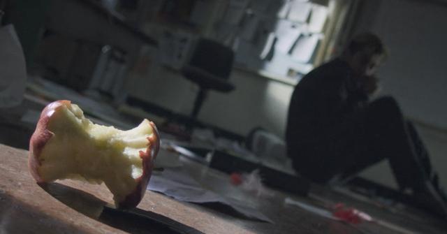 画像: リュークがリンゴ好きという設定も生きていて、ファンには嬉しい限り www.netflix.com