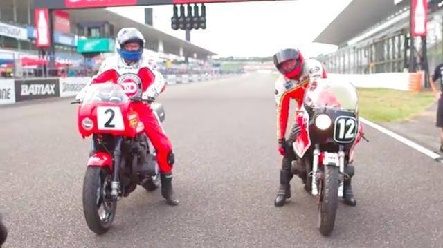 画像: 1978年優勝のスズキGS1000(レプリカ)にまたがるのはW.クーリー(左)、そして1980年優勝のGS1000R(XR69)はG.クロスビーが乗りました。 www.youtube.com