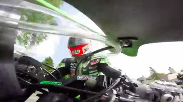 画像: ライダーを正面からとらえた画像では、ウォブルに対処する必死の姿を見ることができます。 www.youtube.com