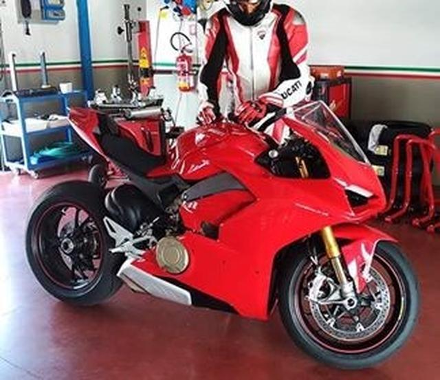 画像: 英国が誇る世界最高峰メディア、 MCN に掲載された、読者からのドゥカティ・デスモセディチ・ストラダーレのスパイショット。場所がどこかは不明ですが、アルミツインスパーっぽいフレームなどが、気になるショットです。 www.motorcyclenews.com