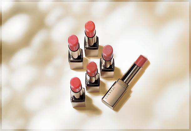 """画像: """"フルグラマーリップス 新色"""" やわらかなつけ心地で、唇を包み込むようにフィットするリップスティックの新色。 www.kanebo-cosmetics.jp"""