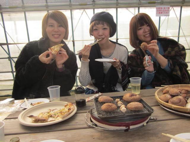 画像: 皆でわいわいと穫ったきのこを食べて秋を満喫!! u-kinoko.jp