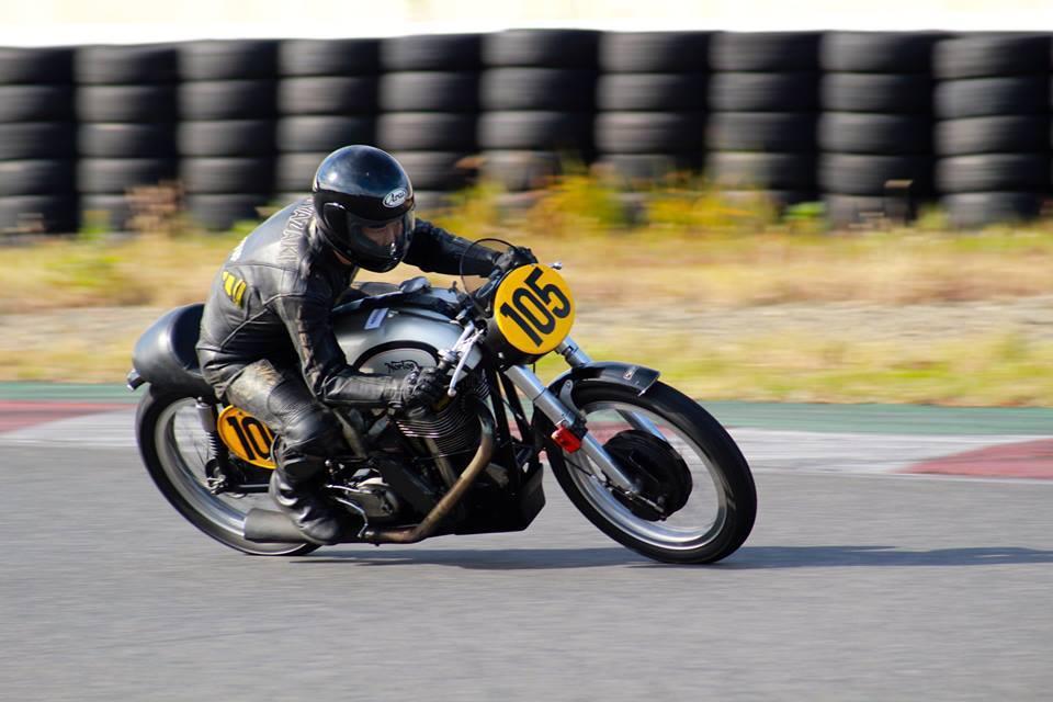 画像: 古いモーターサイクルの草レースイベントなら、ロードレース、モトクロス、トライアル、サイドカー・・・と、なんでも楽しんでいる私です。こちらはヒストリック・ロードレース系イベントで愛用している、1959年型マンクスノートン(500cc単気筒DOHC2バルブ)です。