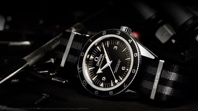 画像: 「007 スペクター」でジェームズ・ボンドが実際に着用しているこのモデルは、堅牢なステンレススティール製ケースと、ブラックとグレーのストライプの洗練されたNATOストラップが特徴です。心臓部にはオメガ マスター コーアクシャル キャリバー 8400を採用することで、15,000ガウスもの強力な磁場への耐久性を備えています。 www.omegawatches.jp