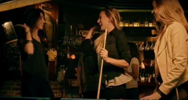 画像: なんかスゲー、かわいい女子が、ビリヤード楽しんでいるシーンから、動画は始まるんスよ・・・。 www.youtube.com