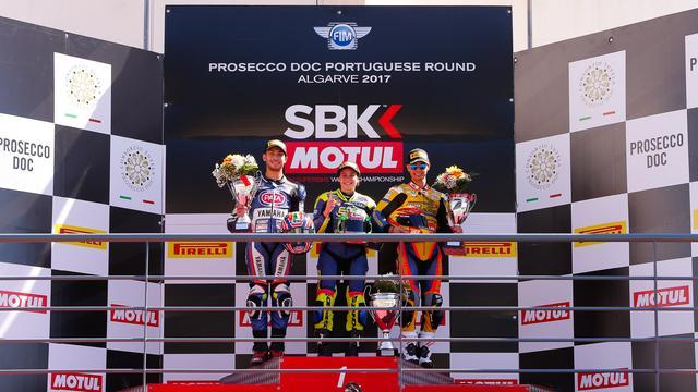 画像: 表彰台の中央に立つA.カラスコ! 体格に勝る男子たちに勝つのは、大変だったと想像に難くないです。 www.worldsbk.com