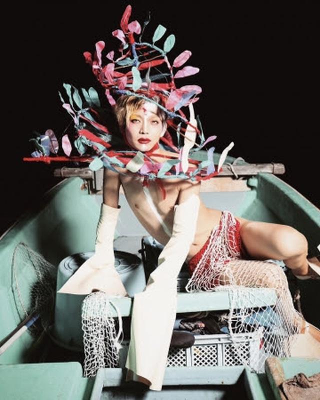 画像: 津野青嵐(つの・せいらん) 1990年長野県生まれ。 大学時代に原宿カルチャーにどっぷりと浸かり、 自身に施した過剰なヘアメイクや奇抜なファッションが注目を集める。 現在は看護師として働きながら、 ファッションスクール・ここのがっこうで学ぶ。 ヘッドピースデザインに留まらず、 ファッション、 ヘアメイク、 空間演出まで、 幅広い分野でビジュアルを具現化していくために模索しながら、 日本的なアニミズムをテーマに作品を制作中。