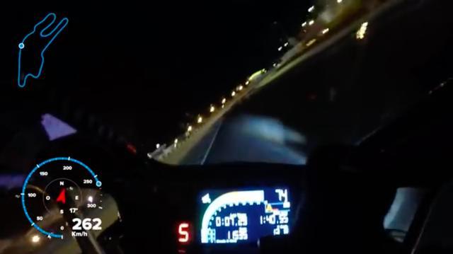 画像: コースには照明もありますが、やはり周囲は日中に比べればはるかに暗いです・・・。260km/hオーバーの速度も昼間の速度感とは違うでしょうね・・・。 www.youtube.com