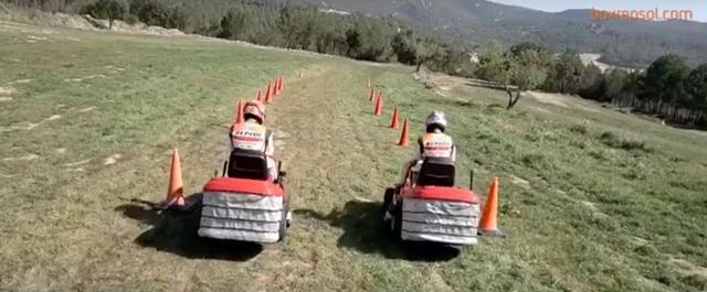 画像: スタート! ・・・あれ、なんか乗っているのは、妙に牧歌的な乗り物ですね・・・? どうやらスラロームレースみたいです。 www.youtube.com