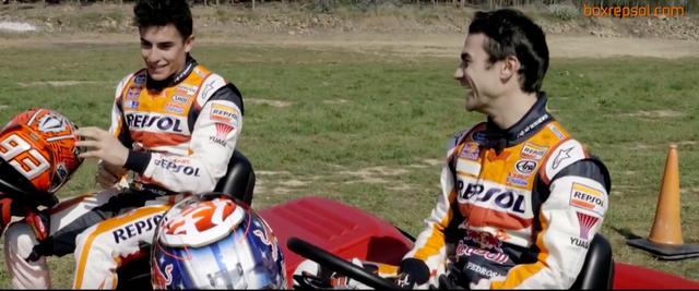 画像: レース後、なごやかに歓談するマルケス(奥)とペドロサ。この二人はチームメイトとなってから長いですが、良好な関係が続いているみたいですね。 www.youtube.com