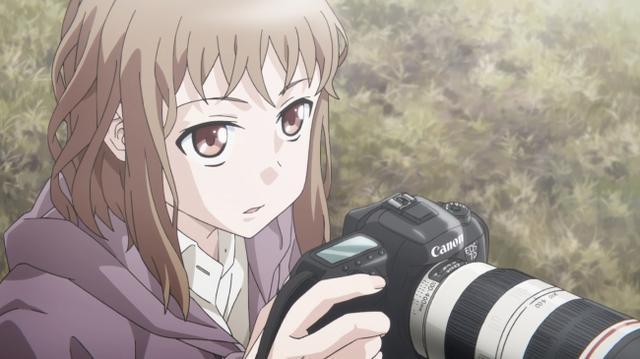 """画像: 写真部に所属する小宮恵那(登場キャラクター)が """"EOS 7D Mark II""""を使用するシーン"""